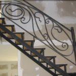 Кованые лестничные перила: изготовление и виды изделий